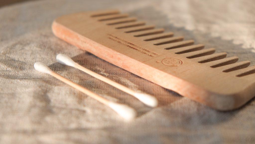 Peine de pelo y bastoncillos de bambú