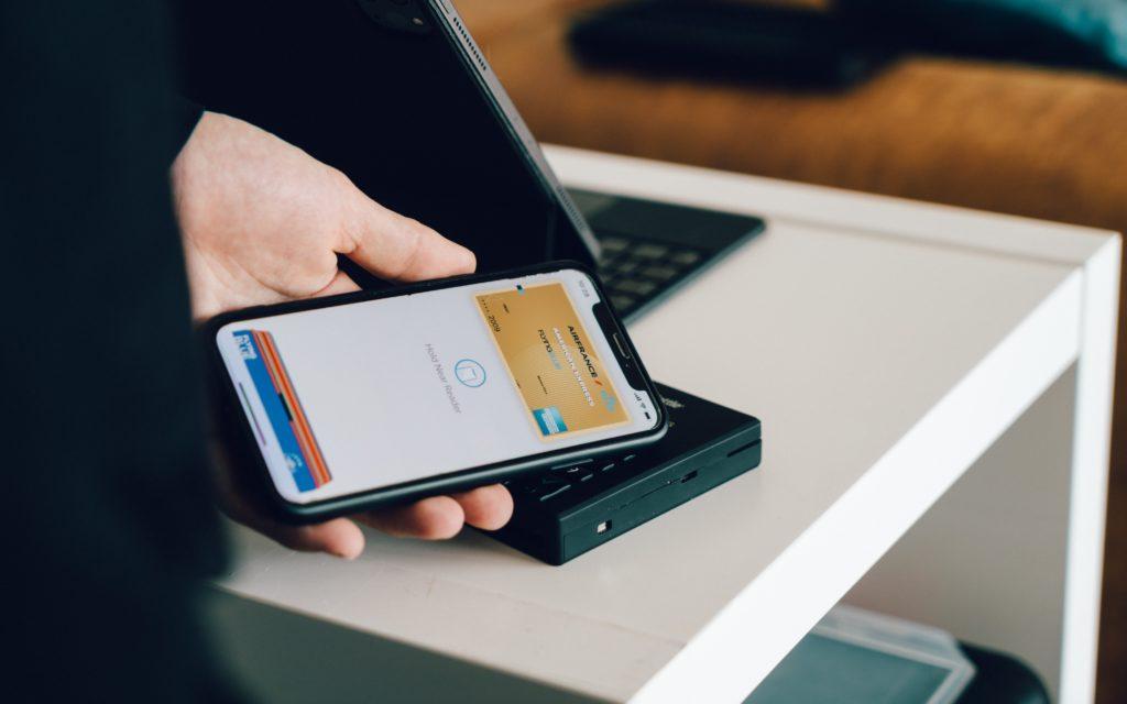 Imagen de un iPhone con el sistema de pago de Apple Pay