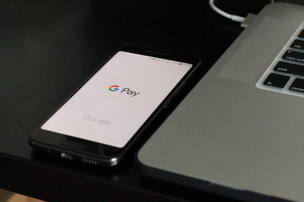 Imagen de un smartphone con el sistema de pago de Google Pay